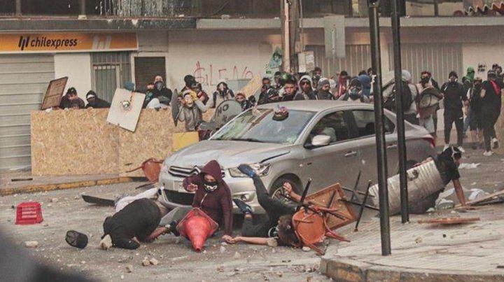 El momento en que el comerciante atropella a los manifestantes.