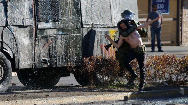 Choques. Un policía arresta a un manifestante en Concepción.