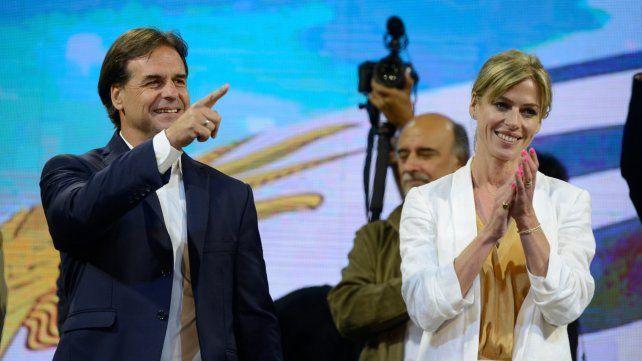 Montevideo. Luis Lacalle y su esposa en la noche del domingo pasado.