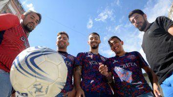 Dueños de la pelota. Salvaggio, Ferrero, Biñale, Balmaceda y Militano compartieron los festejos del campeonato con Ovación.