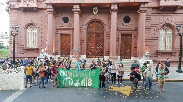 Los contratados levantaron el acampe que mantenían en la Municipalidad