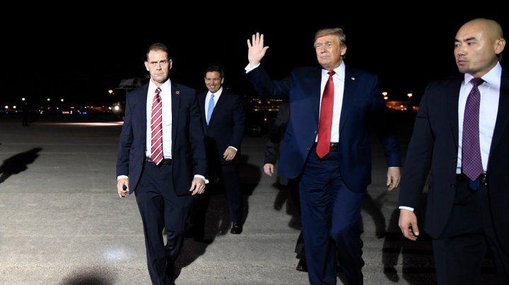 En Florida. El presidente norteamericano saluda a sus seguidores al arribar al aeropuerto internacional de Palm Beach.