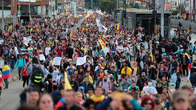 Bogotá. La marcha de ayer en momentos previos a que los manifestantes colmaran la Plaza Bolivar.