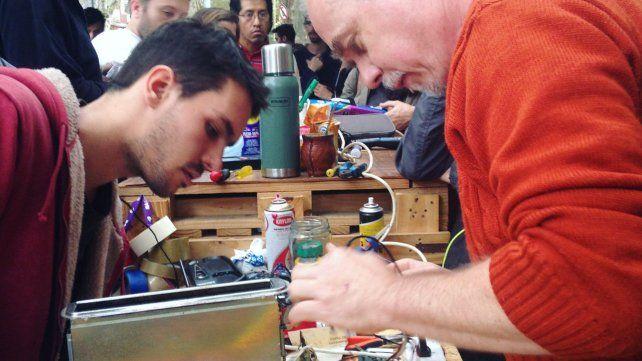 Los que saben. Se reúnen en un sitio público y allí reciben objetos para su reparación.