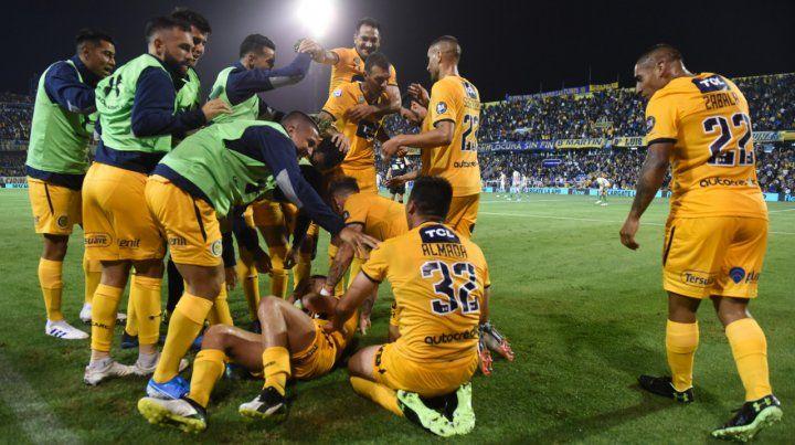Venga ese abrazo. Los jugadores se unen en el festejo tras el gol de Almada. El canalla resolvió con suficiencia un partido chivo.