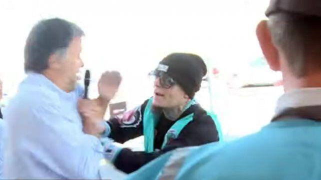 La violenta agresión de Alex Caniggia a periodistas que lo esperaban en Ezeiza
