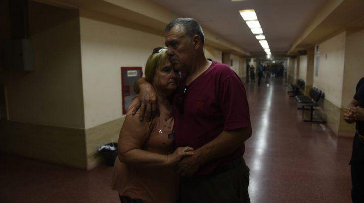 Alberto Perassi se abraza con su mujer Alicia Ostri tras la resolución de la Cámara de Apelaciones (Foto: Leo Vincenti)
