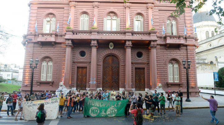 Asamblea y protesta. Un grupo de trabajadores