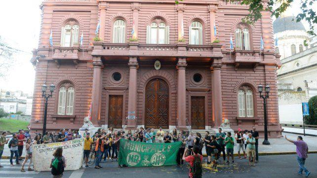 Asamblea y protesta. Un grupo de trabajadores, acompañados por el gremio ATE Rosario, realizaron una asamblea en el Palacio de los Leones.