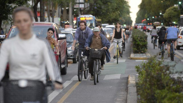 En la mira. Una de las posibles normas a implementar es que los monopatines circulen por las ciclovías.