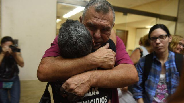 Emoción. Alberto Perassi abraza a una activista. El hombre y su esposa siguen pidiendo los huesos de Paula.