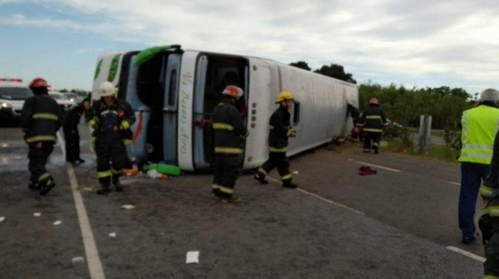 Tragedia. El conductor habría cometido un error en una curva o se habría quedado dormido y volcó.