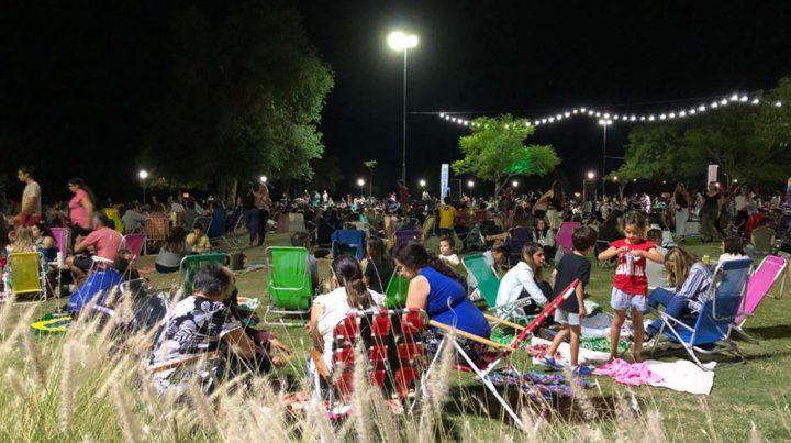 Anoche la costanera central fue copada por una multitud que desde temprano llegó con sus reposeras.