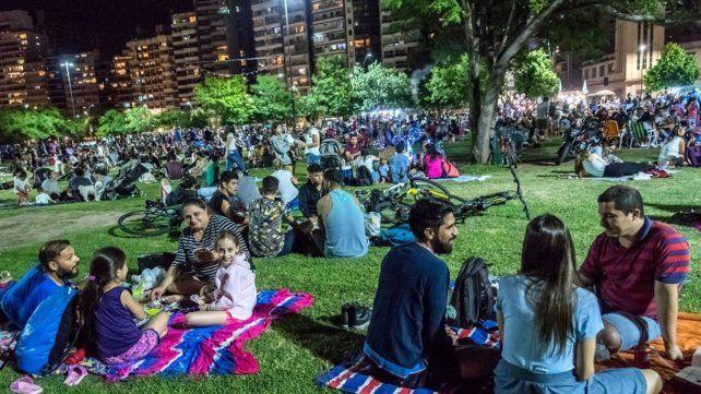 La extensión del parque ubicado en la costa central de la ciudad fue copada por una multitud que desde temprano llegó con sus reposeras