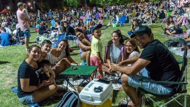 Miles de rosarinos en el regreso de los picnic nocturnos