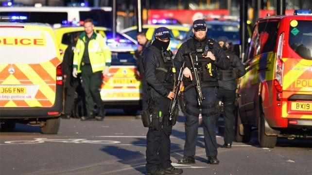 La policía detuvo a un hombre y le disparó; evacuaron la zona y quedó cerrada; no está confirmado si es un ataque terrorista