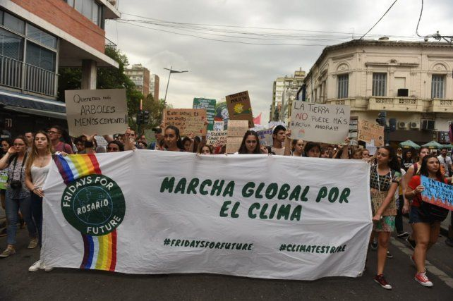 Las y los adolescentes marcharon por el centro de Rosario en defensa del medio ambiente.