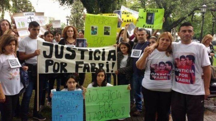 Reclamo. Los padres y allegados a Fabricio en una marcha por justicia.