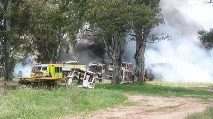 El foco se produjo en la parte trasera de un depósito de colectivos. Los bomberos debieron trabajar arduamente para combatir el fuego.