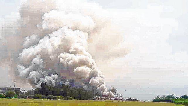 De nunca acabar. La columna de humo se pudo observar desde varios kilómetros de distancia.