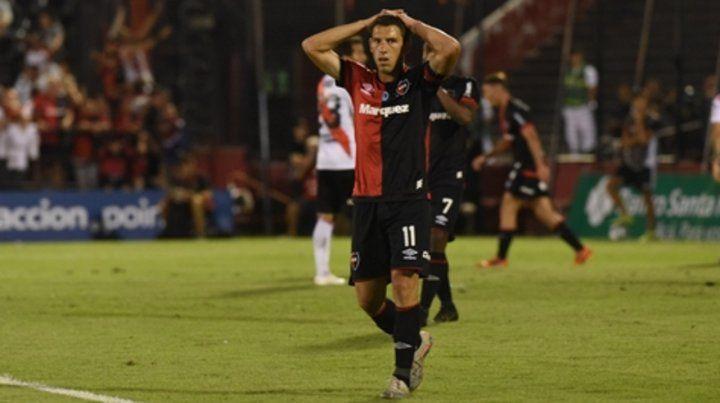 No lo puede creer. Maxi Rodríguez se agarra la cabeza y sufre la derrota leprosa en el último partido en el Coloso.