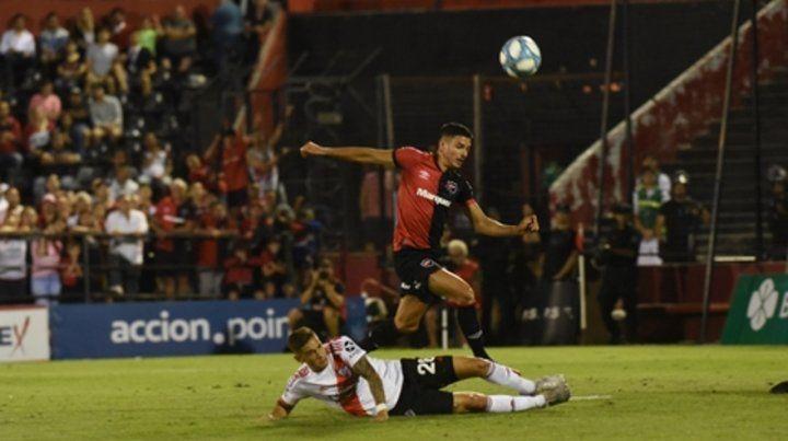 En ataque. El ingresado Salinas intenta ganarle la posición a Martínez Quarta.