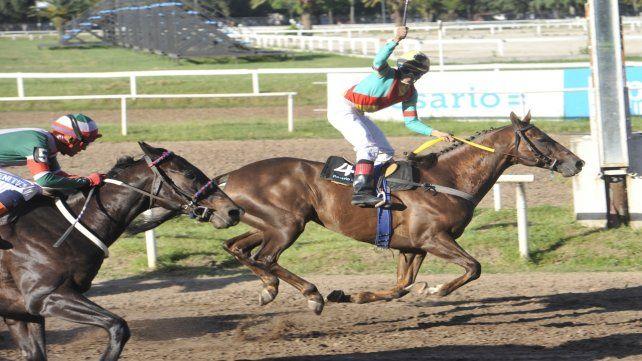 Candy Strong controla la carga de Carl Lewis para enhebrar la 3ª victoria al hilo en el óvalo local.