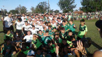 De fiesta. Todo Barrio Ludueña festejó el campeonato y el ascenso del Mercadito. El verde vuelve al Molinas después de 10 años.