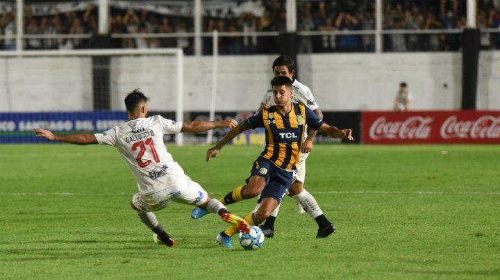 Joaquín Pereyra maniobra ante la marca de Gallucci en un momento en el que el volante canalla aportó algo de juego.