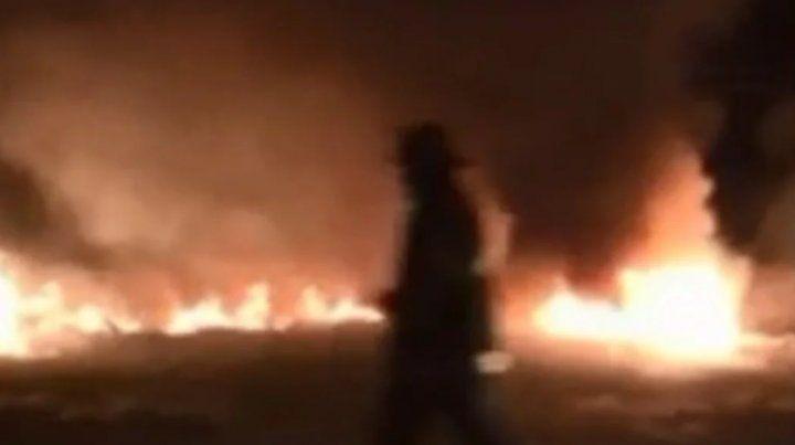 Un auto se despistó y se incendió a metros donde volcó el micro