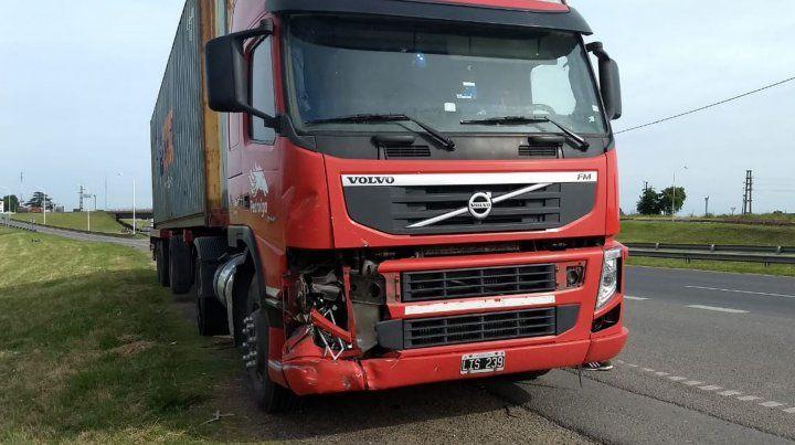 Un auto pinchó una rueda, despistó y chocó contra un camión