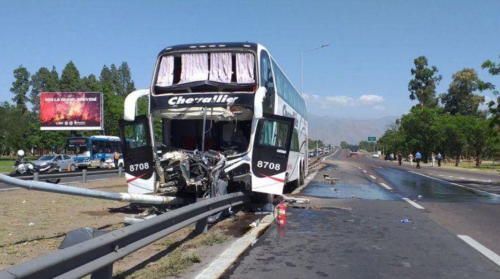 Veinte heridos al chocar un colectivo de dos pisos en Mendoza