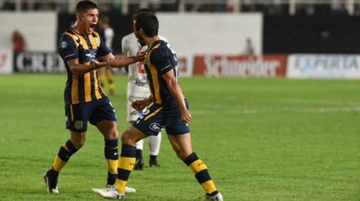 A todo pulmón. Leo Gil y Ciro Rius gritaron con alma y vida el gol en contra que se hizo el Ruso Rodríguez en Santiago del Estero.