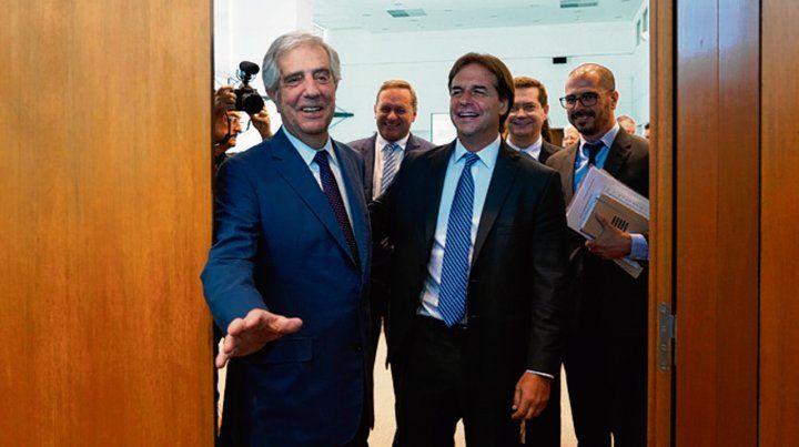 Entren. Vázquez cierra la puerta tras el ingreso de Lacalle a su despacho.