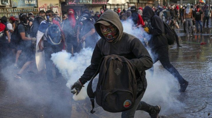 Constante. Encapuchados en Santiago chocan con la policía.