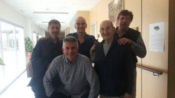 Emotivo encuentro. El padre Moisés junto a un grupo de exalumnos que lo visitó el pasado 20 de octubre en Zaragoza, España.