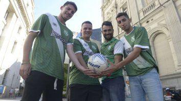 Dueños del balón. Juan Pablo Jiménez, Nicolás Peña, Luciano Taldo y Mauro Palacios compartieron con Ovación una producción fotográfica en el centro de la ciudad.