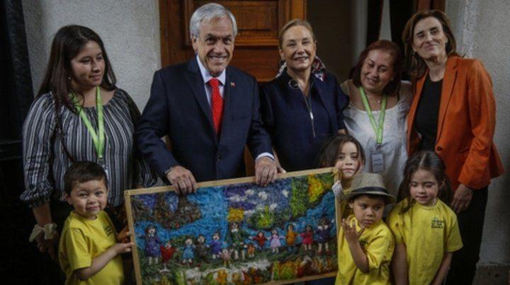 sonriente. El mandatario chileno y su esposa junto a visitantes que lo agasajaron por su cumpleaños.