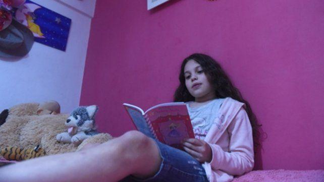 Cada noche la alumna de la Escuela Florentino Ameghino lee una nueva historia en papel o a través del celular.
