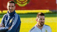 Cabezas. Scaloni maneja desde afuera, Messi dentro del campo de juego.