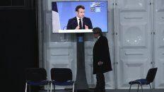 galo. Un periodista escucha una conferencia del presidente Macron.