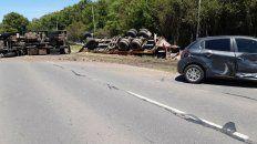 Así quedó volcado el camión tras la peligrosa maniobra que tuvo lugar en la ruta nacional 33.