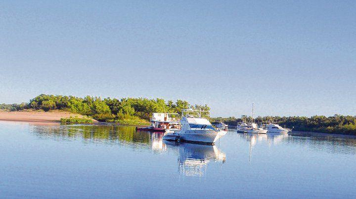Navegación. Embarcaciones deportivas en las islas del Río Negro. Los recorridos se pueden hacer en catamarán