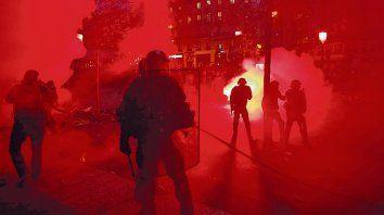 parís. La policía antidisturbios trata de asegurar un área del centro de la capital francesa.