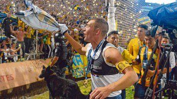 El 9, con la cinta y la medalla. Ruben celebra con los hinchas de fondo en el Malvinas Argentinas.