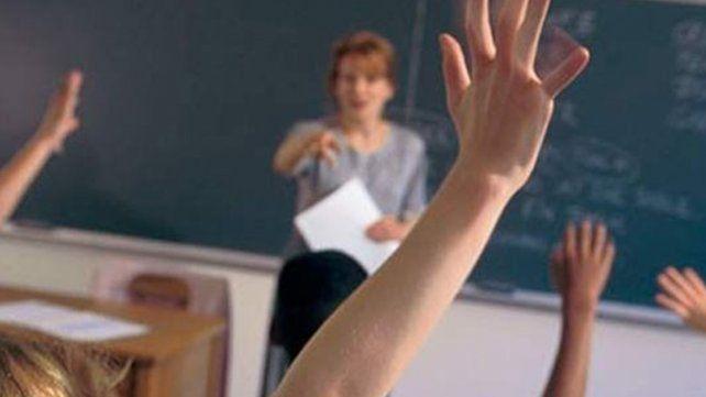 Ordenar reincorporar a una docente a la que echaron por ser vieja