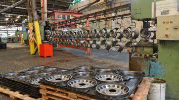 El cierre de Mefro Wheels, la única fábrica de llantas del país, mostró el grado de la debacle industrial.