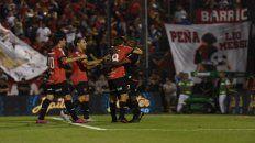 Volver a gritar. Maxi, Formica y Bíttolo van al encuentro de Leal, tras el gol del portugués a River (2-3).