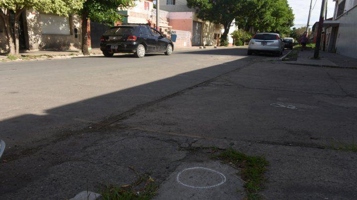 Sobre el pavimento de Santiago al 5500 quedaron manchas de sangre y señales de vainas servidas.