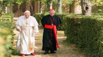 Benedicto XVI (Anthony Hopkins) y Jorge Bergoglio (Jonathan Pryce) se confiesan en la intimidad del Vaticano.
